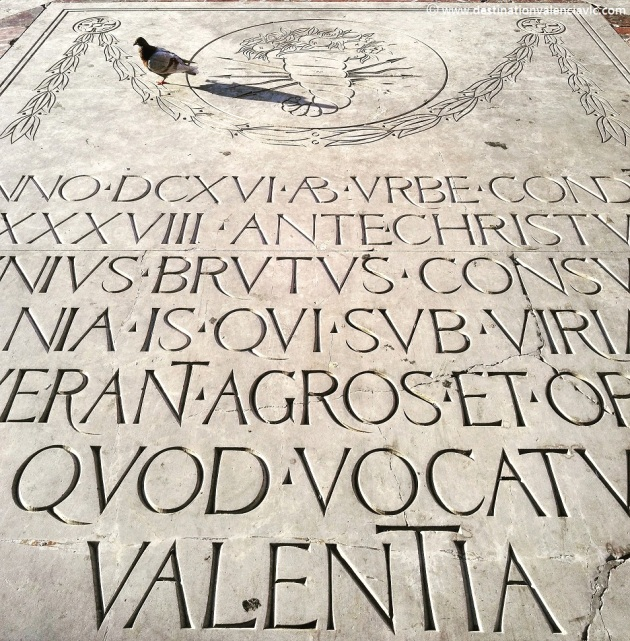 Epígrafe en el centro de la Plaza de la Virgen sobre la creación de Valencia